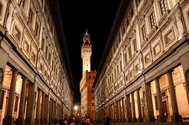 Uffizi and Palazzo Vecchio at night