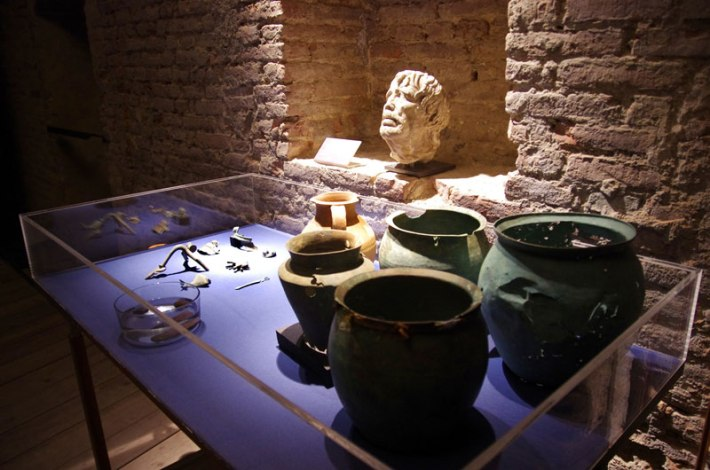 Display of Etruscan and Roman artifacts from Cetamua Well