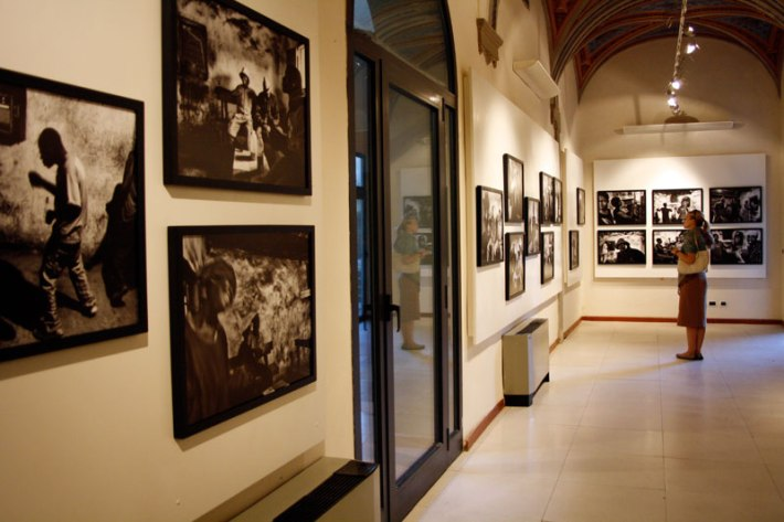 "Photographs by Antonio Manta ""19 metri quadri d'inferno"" in SACI's Maidoff Gallery, Florence"