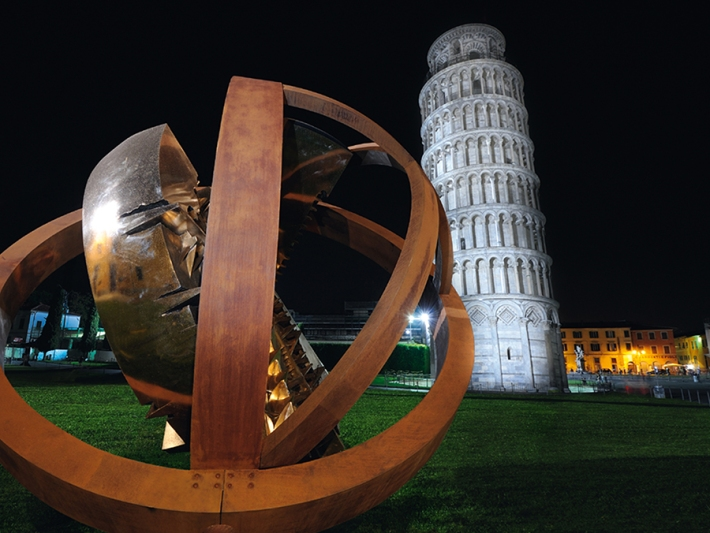 Arnaldo Pomodoro in Pisa's Piazza dei Miracoli (Photo: targetti.com)