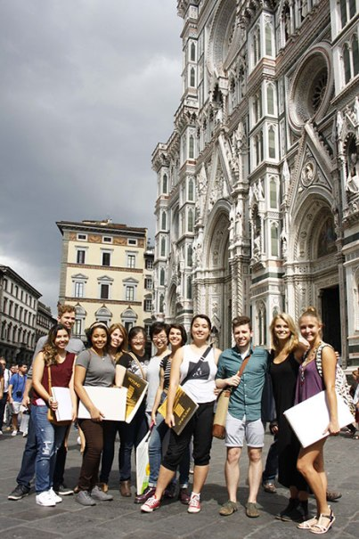 SACI Drawing students in front of the Duomo