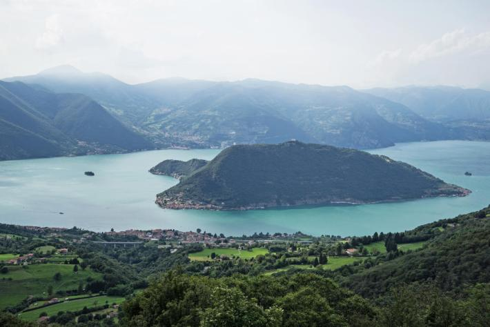 Lake Iseo with the town of Sulzano in the foreground, the island of Monte Isola in the center and the island of San Paolo on the left. Photo: Wolfgang Volz