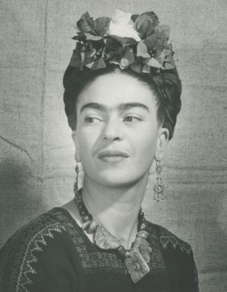 frida-with-flowers-in-her-hair
